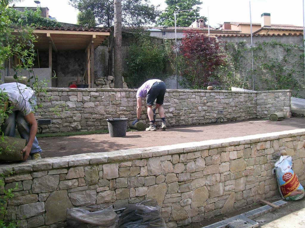 Lavori di riqualificazione di un giardino a balze