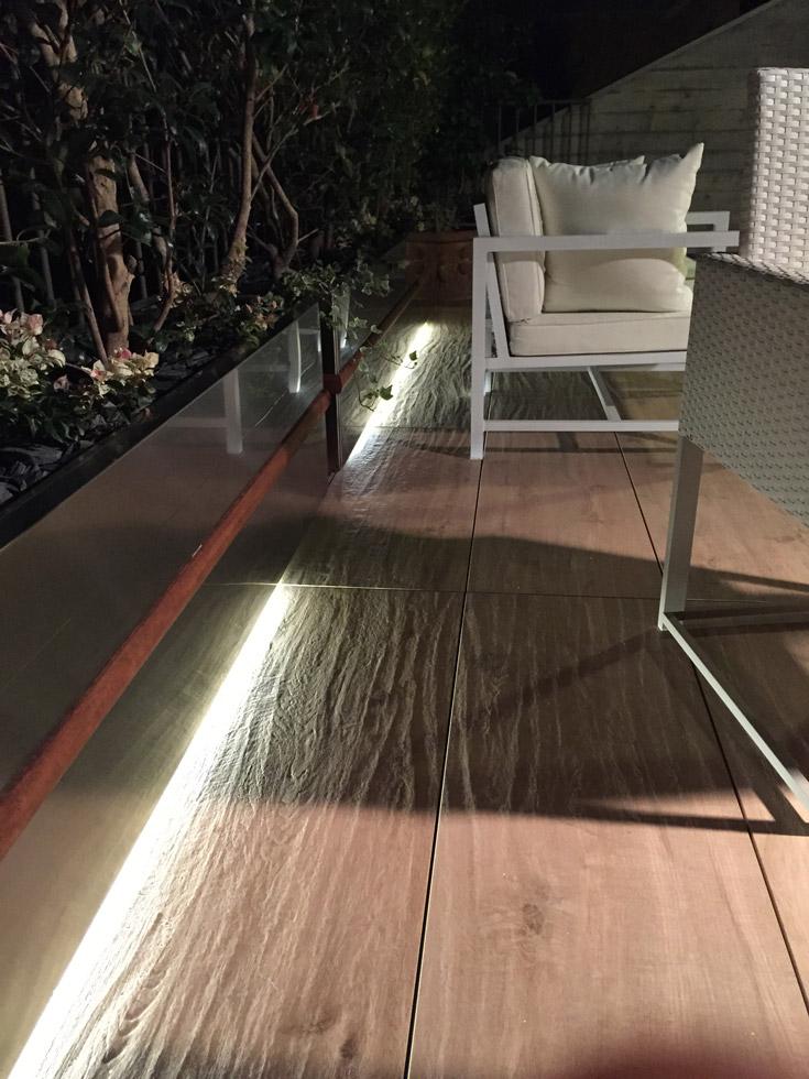 Terrazzo dettaglio fioriere di notte