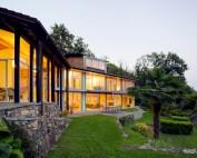Villa con vista sul lago esterno di giorno