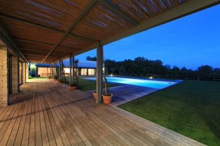 Vista del giardino con piscina